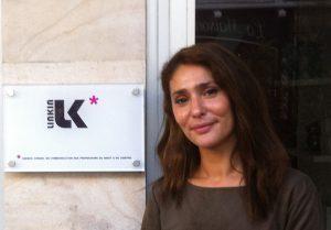 Diana Zidani devant les bureaux de Likin Communication Juridique