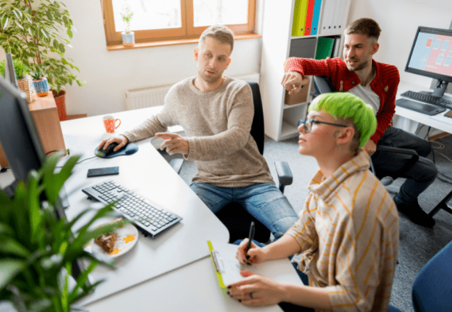 équipe de développeurs travaillant le code